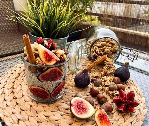 Recette de pudding de chia à la cannelle, aux figues et granola aux noisettes par Vanessa Ritter, alias Aloha_bowls_and_co.