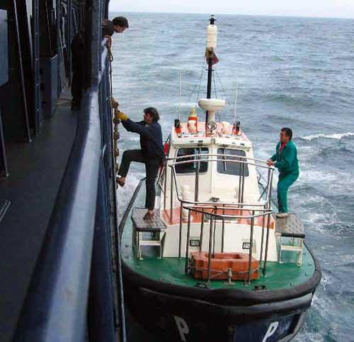 Pilote qui aborde un navire dans la baie de Naples