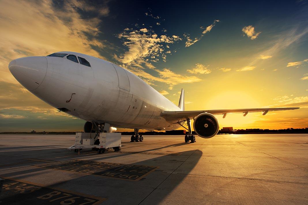 Avion au coucher du soleil sur le tarmac d'un aéroport désert