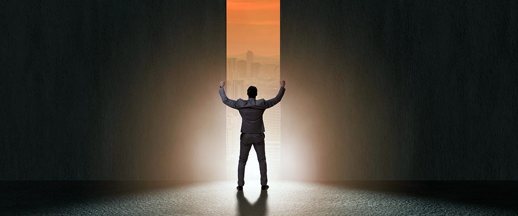 Un homme ouvre une porte sur son avenir professionnel. Rubrique entreprendre du magazine Découverte