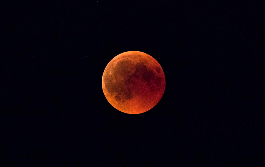 La lune rousse, immortalisée par le photographe Pascal Frédéric à Gerardmer dans les Vosges.