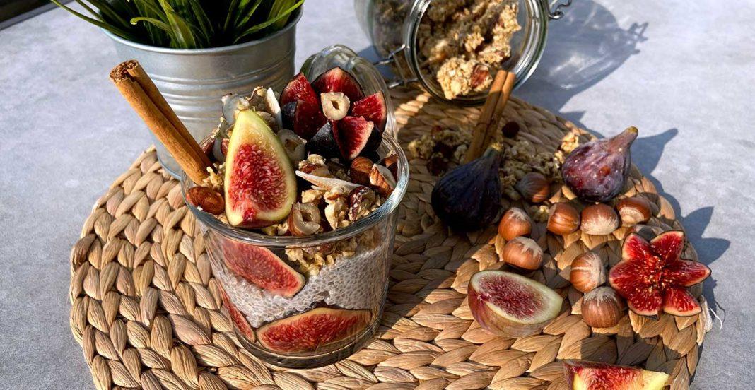 Recette de pudding de chia à la cannelle, aux figues et granola aux noisettes par Vanessa Ritter.