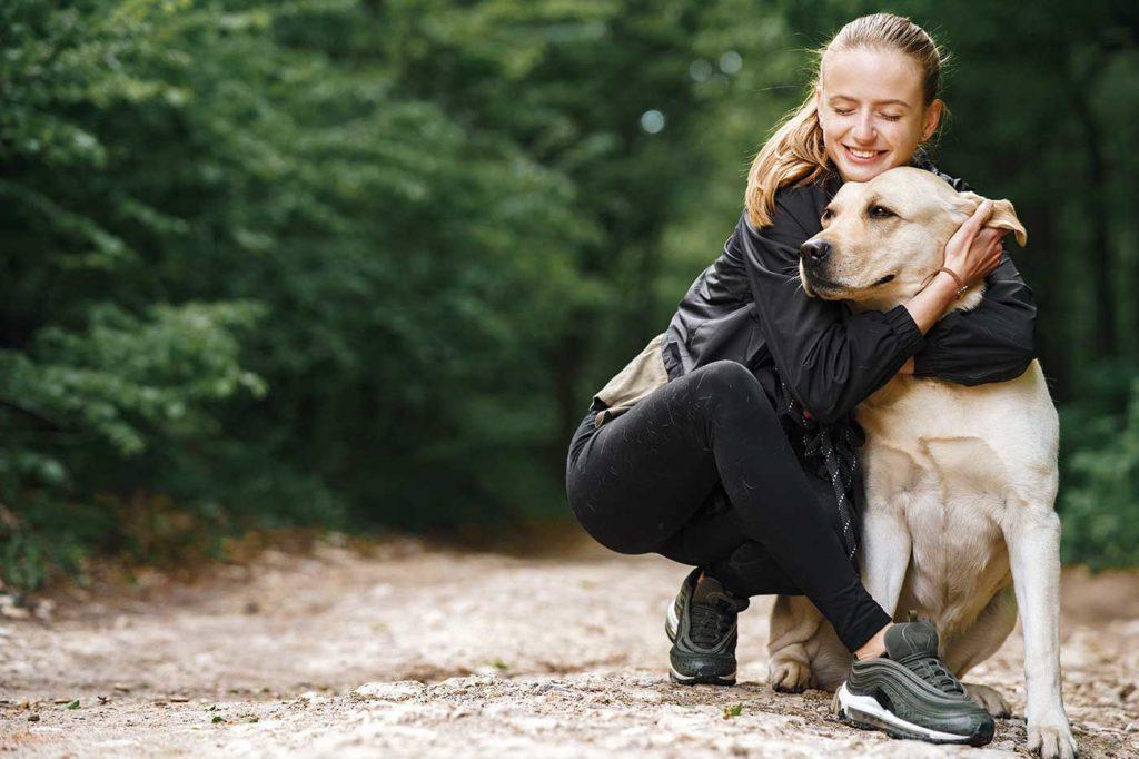 Une femme et son chien : beaucoup d'amour au quotidien.