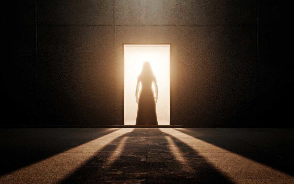 Silhouette de femme qui inspire la peur, l'angoisse, l'horreur.