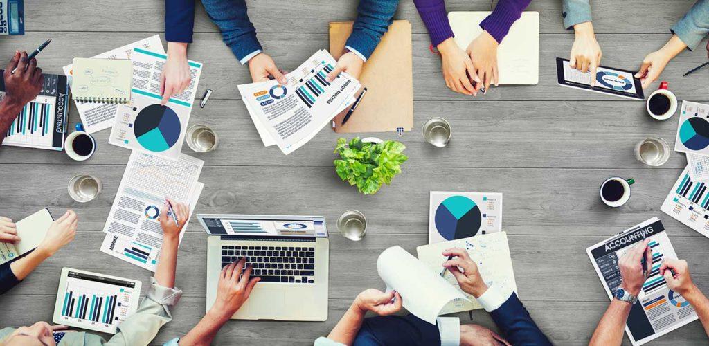 Groupe d'entrepreneurs en réunion pour définir les forces, faiblesses, opportunités et contraintes d'un projet.