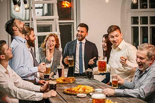 Un groupe d'amis se retrouve pour célébrer la joie de se retrouver.