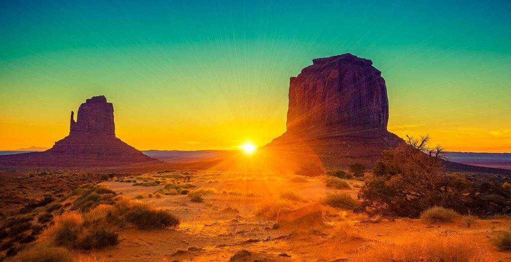 Lever de soleil sur Monument Valley aux États-Unis.
