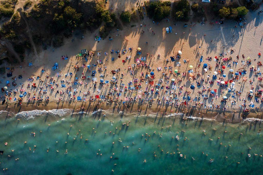 Vue aérienne d'une plage bondée.